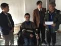 Đ/c Bùi Khắc Bằng đang thăm hỏi một gia đình nạn nhân chất độc gia cam