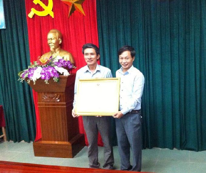 Đ/c Bùi Khắc Bằng - Bí thư chi bộ, giám đốc Trung tâm vinh dự đón nhận bằng khen của thủ tướng chính phủ